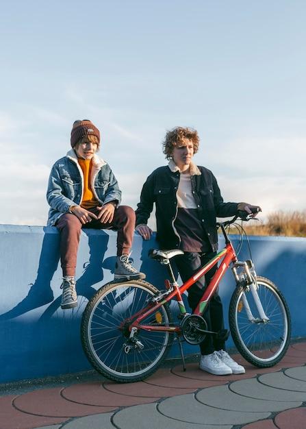 야외에서 자전거를 타는 아이들 무료 사진