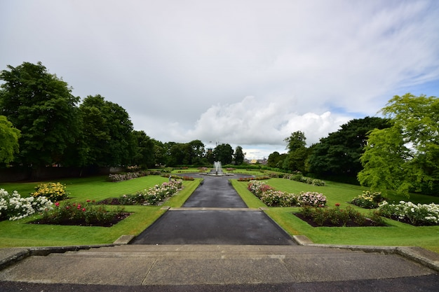 아일랜드에서 흐린 하늘 아래 녹지로 둘러싸인 킬 케니 성 정원 무료 사진