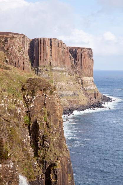 Kilt rock cliff Premium Photo