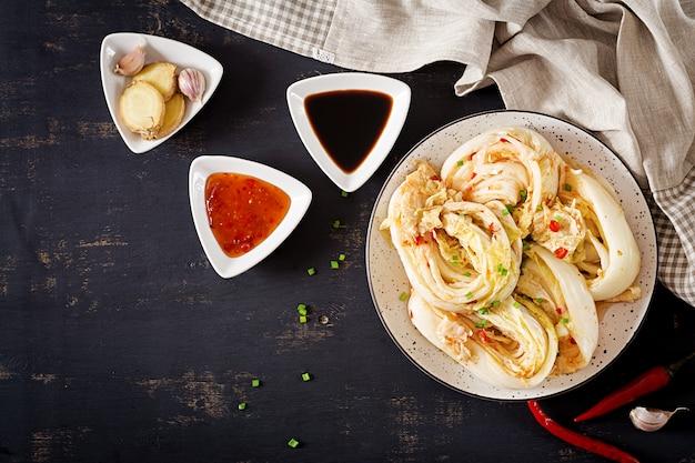 그릇에 김치 양배추 무료 사진