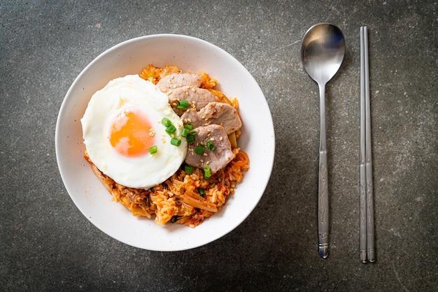 계란 후라이와 돼지 고기 김치 볶음밥-한식 프리미엄 사진