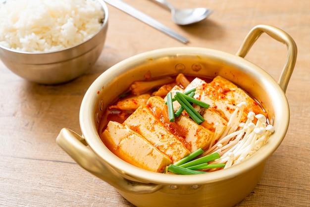 '김치 찌개'또는 연두부 또는 김치 찌개를 곁들인 김치국-한식 전통 스타일 프리미엄 사진