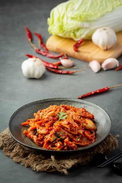 검은 접시에 먹을 준비가 된 김치 무료 사진