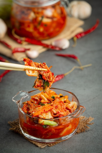 그릇에 먹을 준비가 된 김치 무료 사진