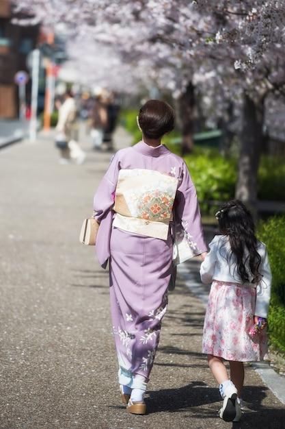 Kimono mother and daughter enjoy sakura Premium Photo