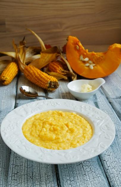 バターと白いプレート上のトウモロコシのカボチャkin Premium写真