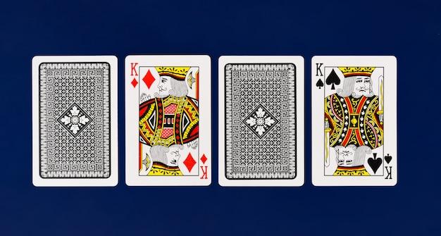 Полная колода игральных карт king на простом фоне для покера казино Premium Фотографии