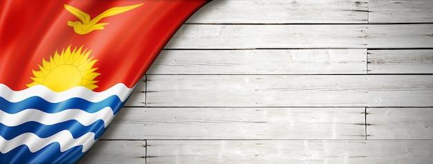 오래 된 흰 벽에 키리바시 플래그입니다. 수평 파노라마 배너. 프리미엄 사진
