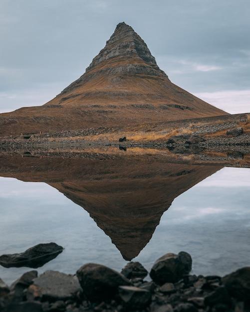 アイスランドのsnaefellsjokull国立公園の近くのkirkjufell山は湖に反映 無料写真