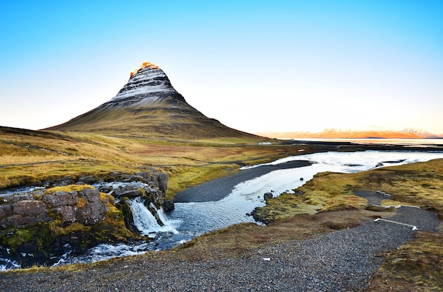 Kirkjufell、美しい風景とアイスランドの有名なランドマーク。 Premium写真