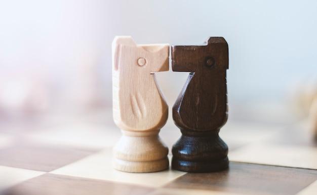 Поцелуи двух шахматных рыцарей Premium Фотографии