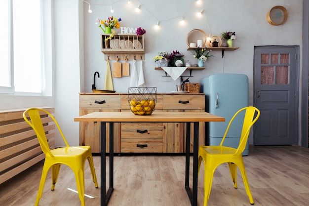 Кухня и столовая в винтажном стиле Premium Фотографии