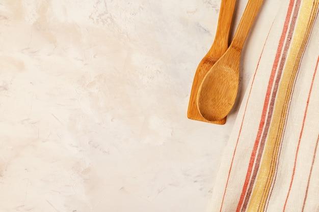タオルと調理器具とキッチンの背景 Premium写真