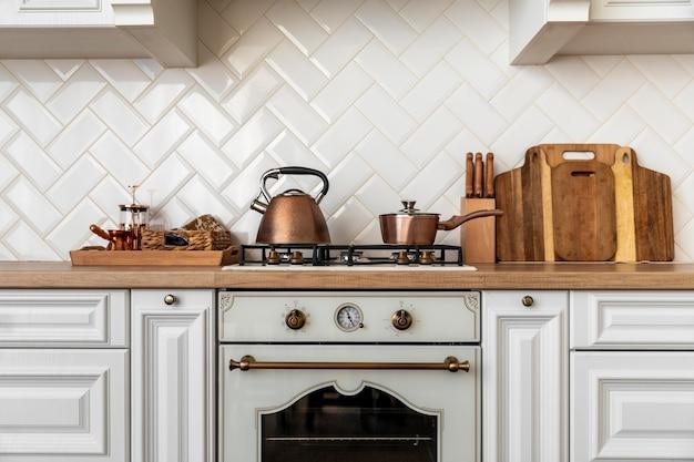 Интерьер кухни с золотой детализированной мебелью Бесплатные Фотографии