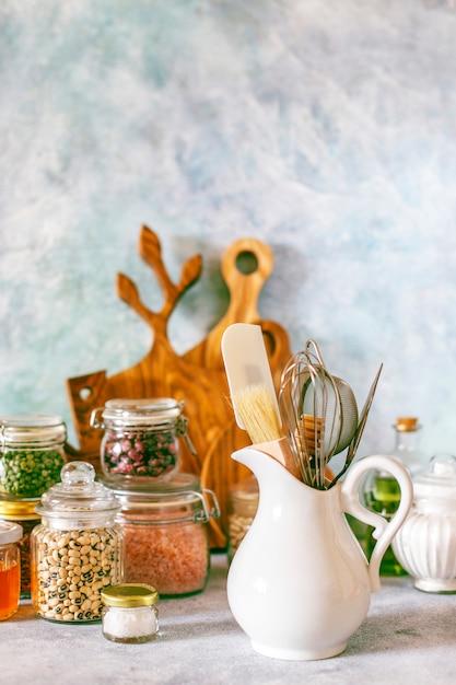 다양한 허브, 향신료, 씨앗, 콩류, 도마가있는 주방 선반 무료 사진