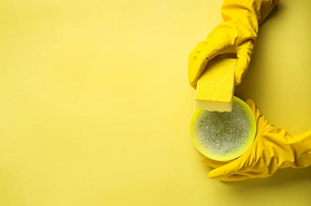Kitchen sponges and rubber gloves Premium Photo