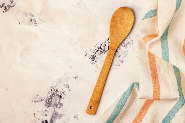 キッチン表面にタオルと調理器具 Premium写真