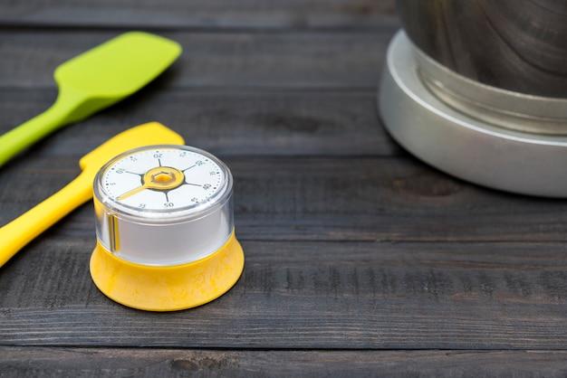 木製のテーブルのキッチンの計時と調理ツール Premium写真
