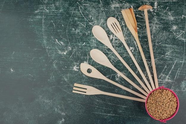 Кухонные инструменты с розовым ведром пшеницы на мраморном фоне. Бесплатные Фотографии