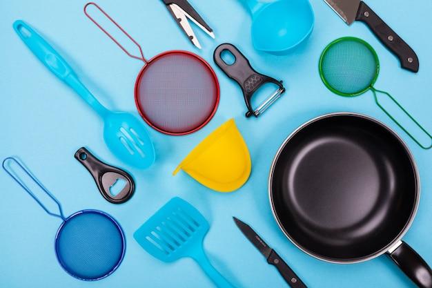 Кухонная утварь, изолированных на синем Premium Фотографии