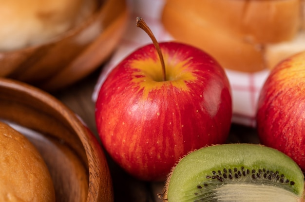 Киви, яблоки и хлеб на столе Бесплатные Фотографии
