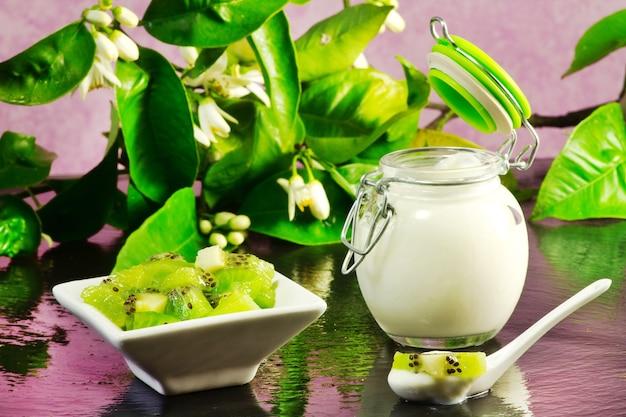 Kiwi yogurt over ardesia table Premium Photo