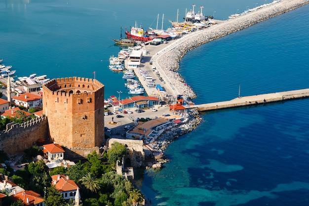 Башня кызыл куле на полуострове алания, район анталии, турция, азия. известное туристическое направление. османская империя. Premium Фотографии