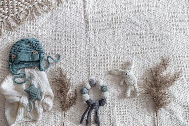 액세서리와 함께 밝은 배경에 니트 아동복 무료 사진