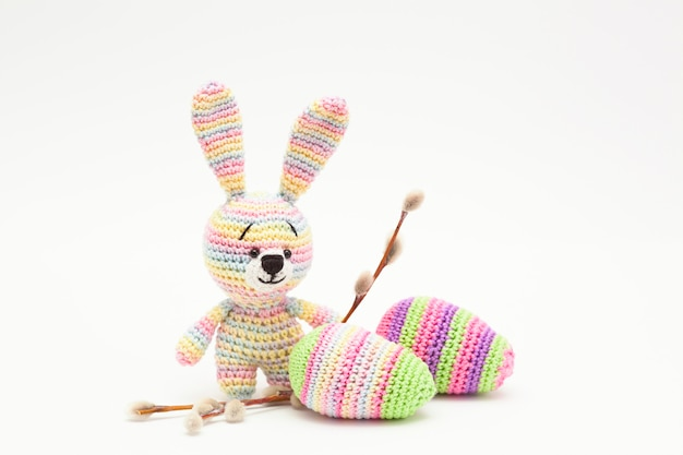 Knitted easter decor eggs, flowers , bunny. handmade, amigurumi Premium Photo