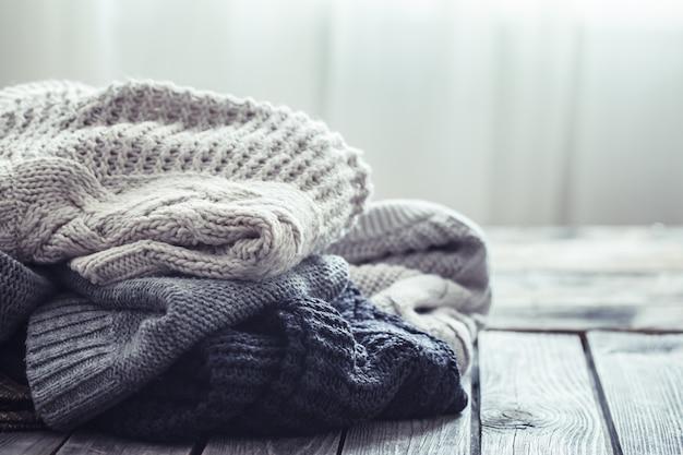 木製の背景にニットのセーター 無料写真