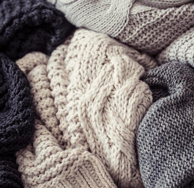 Maglione lavorato a maglia su un fondo di legno Foto Gratuite