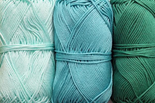 Вязание, крупный план. разноцветные нитки на столе Бесплатные Фотографии