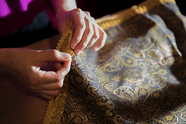 Nastro dorato lavorato a maglia al tessuto Foto Gratuite