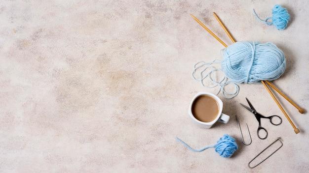 Инструменты для вязания на столе с копией пространства Premium Фотографии