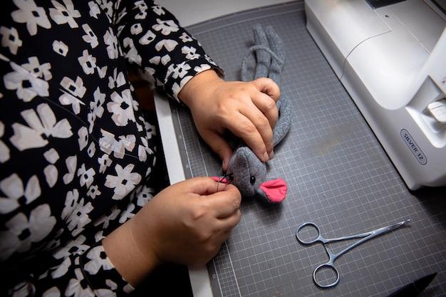 Lavoro a maglia con l'aiuto della macchina da cucire Foto Gratuite