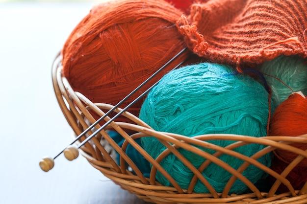 Инструменты для вязания и шарики из ниток в корзине Бесплатные Фотографии