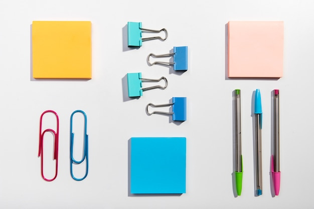 Knolling concept with sticky notes and paper clips Free Photo
