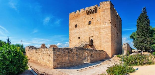 Замок колосси, стратегически важный форт средневекового кипра, прекрасный образец военной архитектуры, первоначально построенный в 1210 году франкскими военными, перестроенный в 1454 году госпитальерами. Premium Фотографии