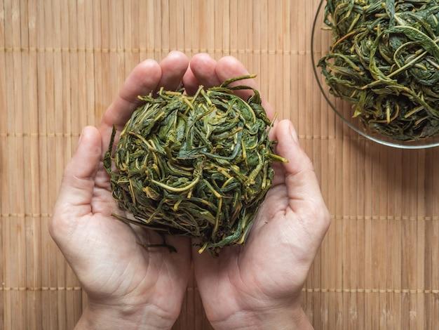 茶葉の発酵プロセス。マニュアル制作koporye tea-イワン茶。 Premium写真