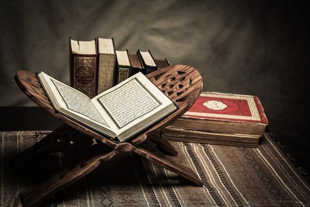 Alquran - kitab suci umat Islam (barang umum dari semua muslim) di atas meja Foto Premium