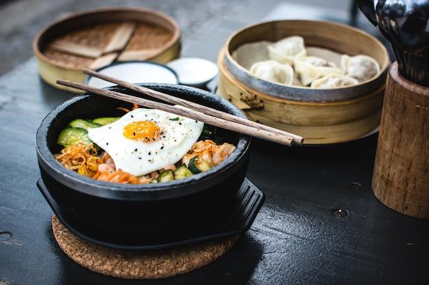 한국 비빔밥과 딤섬 무료 사진