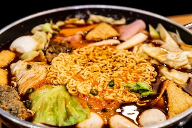 Korean hot pot 'budae jjigae' is korean fusion food incorporates american style with noodle, ham, sa Premium Photo