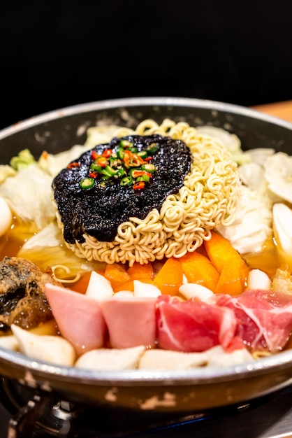 Korean hot pot 'budae jjigae' is korean fusion food incorporates american style with noodle Premium Photo