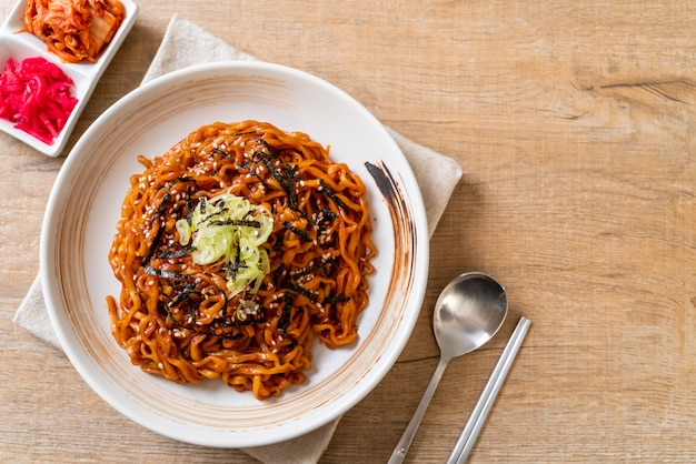 Korean hot and spicy instant noodle with kimchi Premium Photo