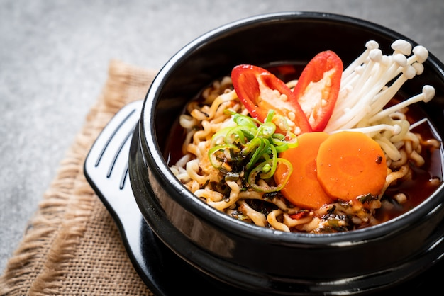 Korean instant noodles in black bowl Premium Photo