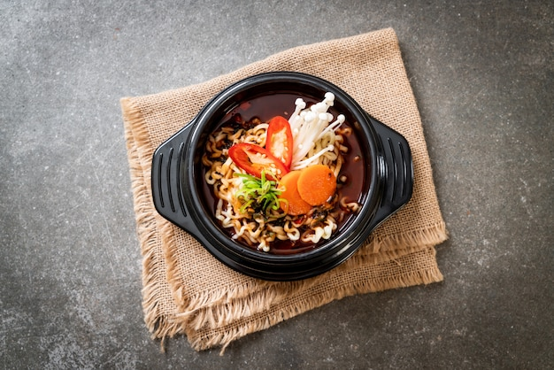 Korean instant noodles in black bowl Premium Photo