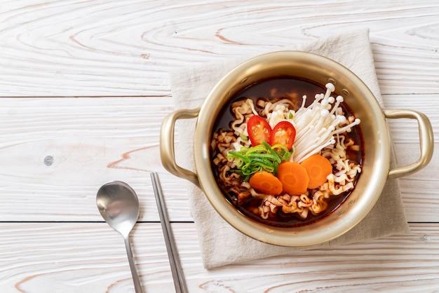 Korean instant noodles in golden pot Premium Photo