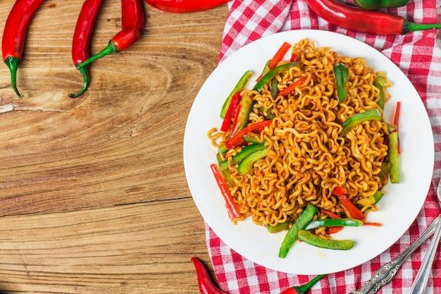 Tagliatelle istanti coreane spaghetti istantanei piccanti Foto Gratuite