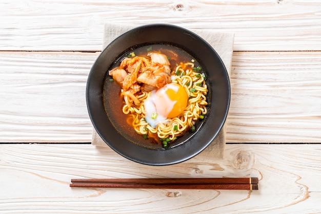 キムチと卵の韓国ラーメン Premium写真
