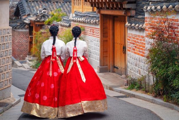 한복이나 한국의 한국 여성이 서울의 고대 도시에서 옷을 입고 걷다 프리미엄 사진